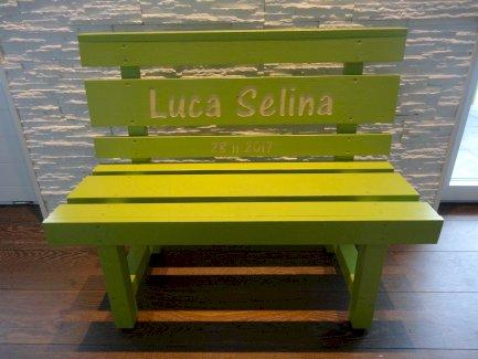 Grüne Kindersitzbank aus Massivholz, Geburtsgeschenk