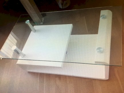 Lässiger Salontisch in weiss mit Glasplatte