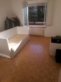 Das Zimmer ist möbliert, hell und ca. 14,5 Quadratmeter gross. - Gratisinserat.ch