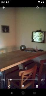 Tisch mit 4 Barstühle dazu.