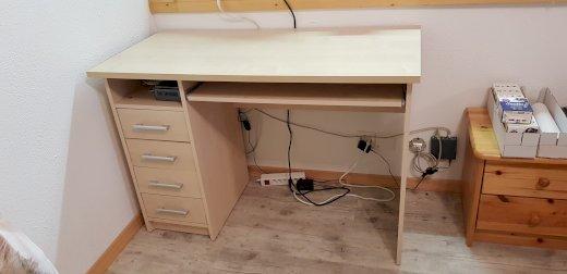 Schreibtisch mit Schublasen und Tastenauszug - Gratisinserat.ch