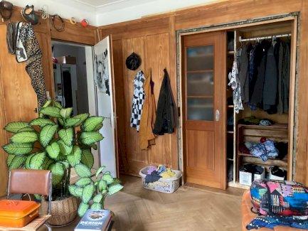 Helles WG-Zimmer mit Holzboden und Blick in den grossen Garten - Gratisinserat.ch
