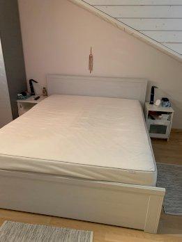 Bett mit Nachttischli
