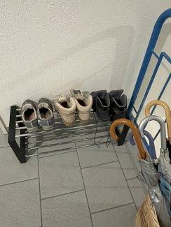 Schuhgestell und Schirme und Korb  - Gratisinserat.ch